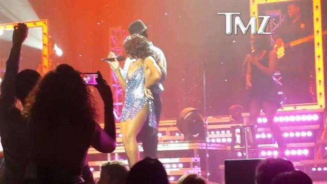 Toni Braxton — Wardrobe Malfunction On Stage
